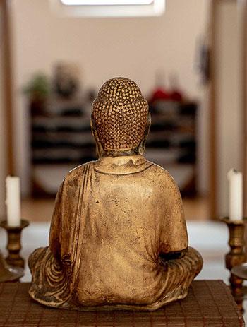 Statue de bouddha vue de dos dans le dojo zen