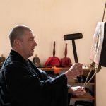Un moine zen sonne le bois