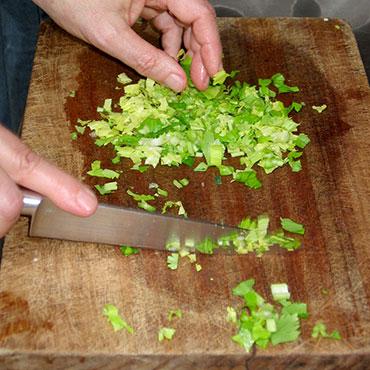Découpe de légumes sur une planche en bois